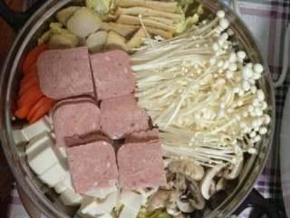 芝士年糕火锅,娃娃菜垫底,按个人喜好将各种自己喜欢的蔬菜肉类平铺,凹好造型