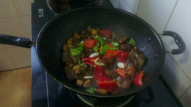 肉片炒香菇,最后放入青红椒片翻炒几下出锅;