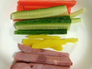 寿司,黄瓜,胡萝卜,火腿肠切条,备用,如图