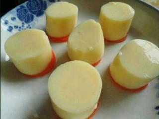 虾仁蒸豆腐,把切好的豆腐摆放在胡萝卜上