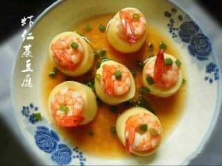 虾仁蒸豆腐,淋上酱油和香油可以吃了