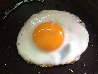 石锅拌饭,平底锅放少许油煎个太阳蛋