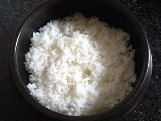 石锅拌饭,石锅内刷油,把米饭装入石锅