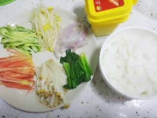 石锅拌饭,胡萝卜和黄瓜切丝,然后分别将所有食材(除了黄瓜)用开水焯熟备用。 再分别将焯熟的食材加入少许盐和香油拌匀,单独摆放。