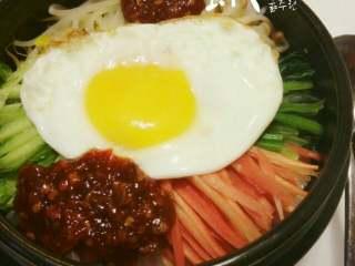 石锅拌饭,加入韩式辣酱。