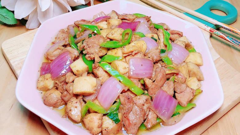 杏鲍菇炒鸡丁,营养又健康的杏鲍菇炒鸡丁就上桌了。