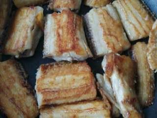可乐带鱼,锅中放少量油放入带鱼,将两面煎制金黄盛出