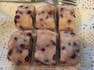 山药红豆糕,制成一块块或者用模具制成形状即可