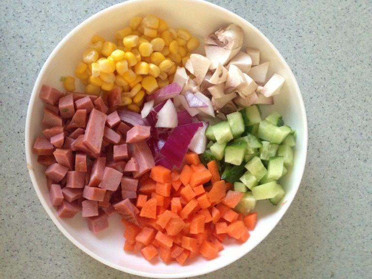 什锦蛋炒饭,将所有食材切丁备用,如图