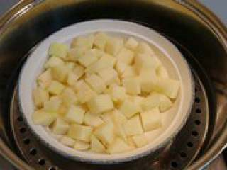 日式土豆可乐饼,先将土豆去皮后切成小块, 放入盘中,放入蒸锅蒸熟。
