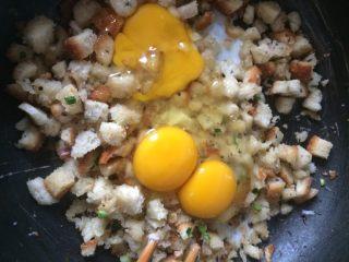 黄金面包丁,如图待面包丁表面炒脆,四边发光,调小火,打入鸡蛋