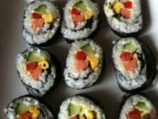 教你做最简单的寿司,卷起成品,刀上面记得弄点水,才好切!