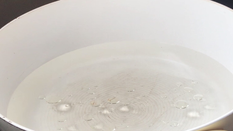 凉拌蒜蓉西兰花,起锅注入适量清水,加适量盐和油烧开