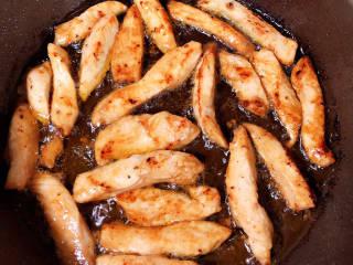 柠檬鸡柳,煎好鸡柳盛出备用。