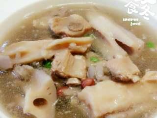 莲藕排骨汤,调入盐味后盛入汤碗,洒上葱段即可。