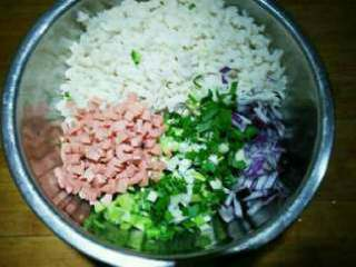 美味藕饼, 加盐、胡椒粉、鸡蛋搅拌均匀。
