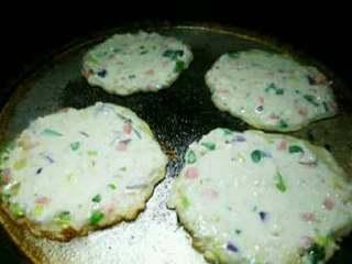美味藕饼, 煎至变色后翻面再煎一会儿。