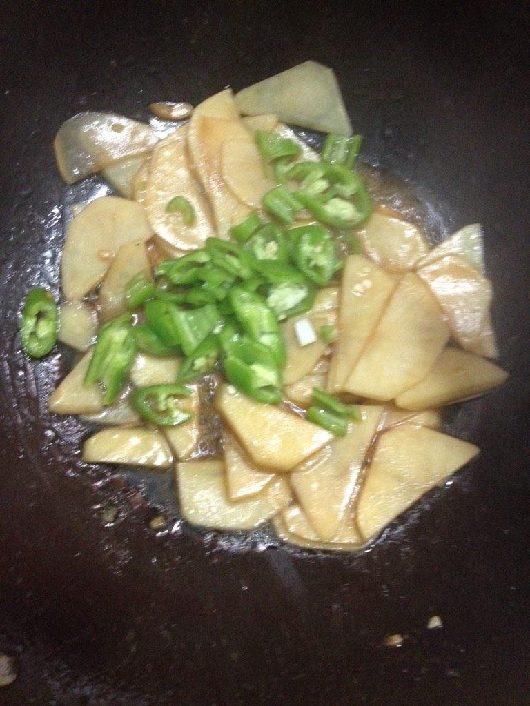 尖椒土豆片,如图快出锅之前,放入尖椒,少许盐,