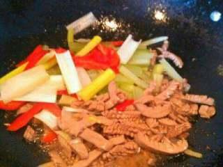 彩椒西芹炒猪腰,加入烫好的西芹和红椒翻炒