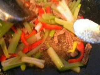 彩椒西芹炒猪腰,出锅放点盐和鸡精。