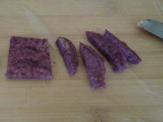 紫薯银耳羹,叮熟的紫薯用小水果刀,先切正方形,再切成圆形,最后修一下就成心形了。