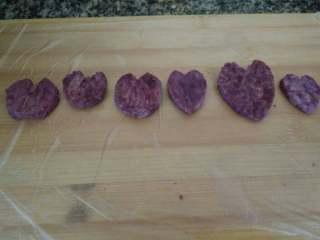 紫薯银耳羹,第一次做,从左到右,我做心形成长记,先没掌握,一点也不像,第4个就上手了。