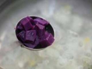 紫薯银耳羹,银耳出胶后加入蒸熟的紫薯