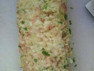 猪肉大葱水饺,大葱和肉一起剁末,装盘子里加油,盐,酱油,胡椒粉调味。