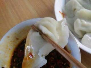 猪肉大葱水饺,沾着吃。很好吃。