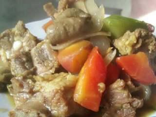 咖喱萝卜炖排骨,排骨和萝卜熟透以后小火收汁,待咖哩汁农稠以后便可起锅装盘