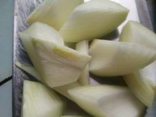 咖喱萝卜炖排骨,洋葱切片