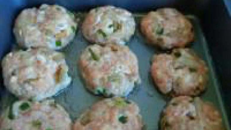 榨菜肉饼---乌江榨菜的做法,锅坐油,小火,把肉末搓成肉球,再按扁入锅煎制。