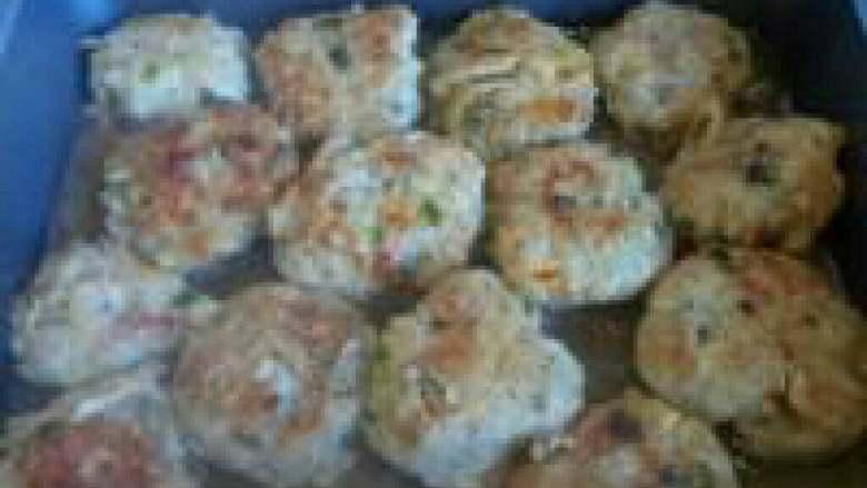 榨菜肉饼---乌江榨菜的做法,两面煎至金黄后,加入适量开水,略煮一会,出锅时可用适量生粉打个芡汁,即可上桌。