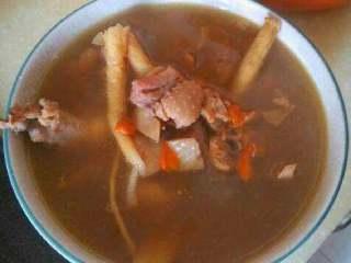 墨鱼炖鸡汤,肉很鲜,汤好喝。