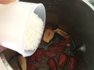 养生豆浆,红枣也放入豆浆机,加适量水和砂糖