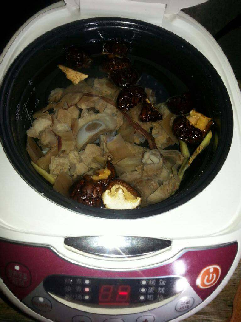 电饭锅版(香菇鱿鱼尾骨汤),将清水倒入电饭锅,按下快煮键,或者按煮粥\汤键,盖上煮开,继续煮半小时左右。