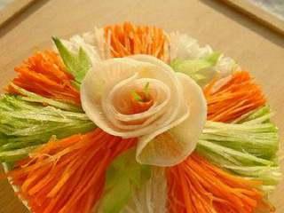 幸福花开, 切好萝卜丝依次摆放到菜盘里。用萝卜花装饰下 撒上白糖和白醋就OK