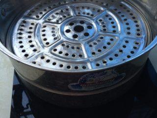 玉米窝窝头,锅中预热 面团捏出窝窝头的形状 醒二十分钟