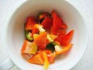 清炒丝瓜,红椒切小块。姜切丝,蒜切片。