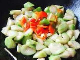 清炒丝瓜,.丝瓜熟透时放红椒块和少许盐调味,翻炒几下后加鸡精炒均匀即可