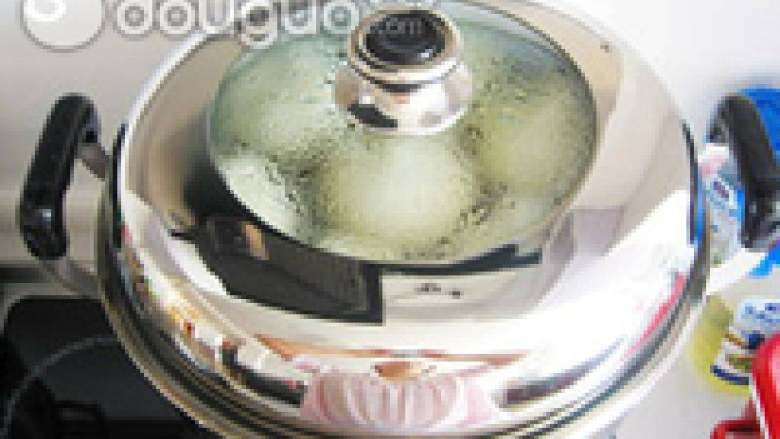 青菜香菇包,体积膨大后,大火蒸15分钟。关火后,5分钟开盖即可。