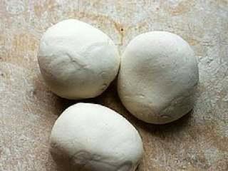 【花式馒头】,揉好的面粉分小块,猪头是80克/个,刺猬50克/个