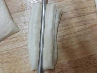 油条,切成宽度相等的长条,两片落一起筷子在中间按压。