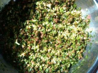 炸茄盒,韭菜和肉末放一起搅拌,加盐,鸡精,胡椒粉,酱油再搅拌