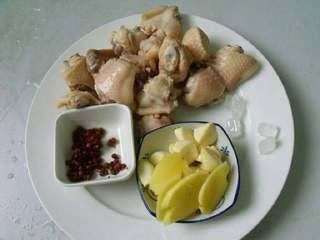 板栗焖鸡翅,鸡翅一个切两半焯水捞出洗净控干备用。姜切片,蒜一切