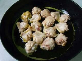 板栗焖鸡翅,鸡翅放锅里煎两面微黄。