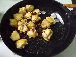 板栗焖鸡翅, 油全部倒掉。放入花椒和八角炒香。