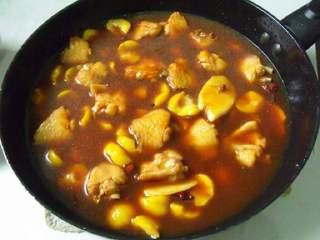 板栗焖鸡翅,放入板栗和水,姜片,水将要淹没但是没有淹没鸡翅。大火烧开小火焖20分钟后依个人口味放入盐。