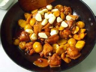 板栗焖鸡翅,放入蒜炒熟,最后放点鸡精即可。