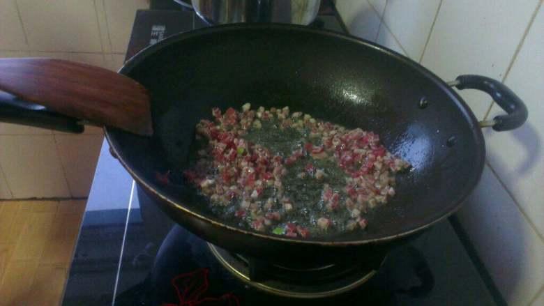 打卤面,炒锅放油烧热,放肉粒炒至变色;